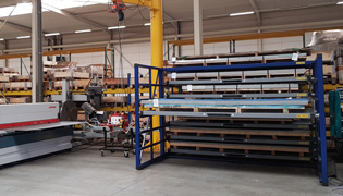 Horizontal storage rack close to machine for fast transport of sheets with jib crane
